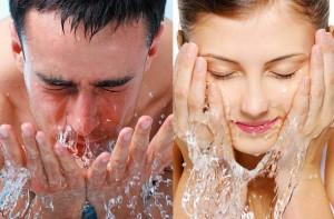 membersihkan kulit wajah