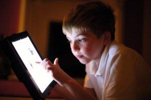 Tips Sederhana Mengatasi Anak yang Kecanduan Bermain Gadget